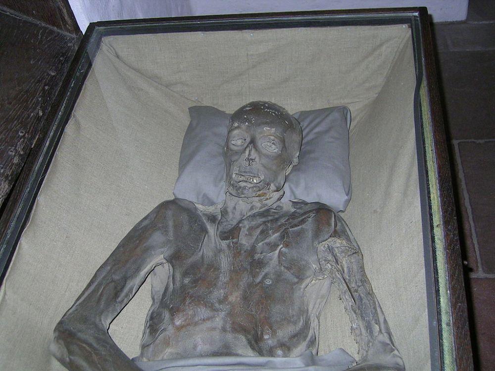 1024px-ST_Petri_Dom_basment_and_mummies_2